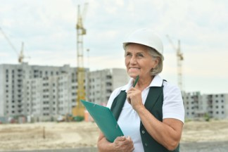 Frau vor Baukränen