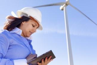 Frau unter Windkraftanlage