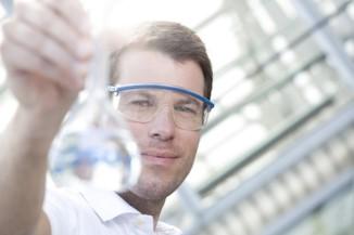 Chemiker hält Flasche
