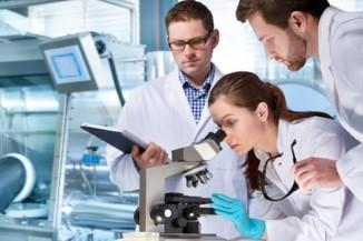Gruppe Wissenschaftler forscht