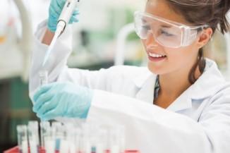 Laborantin füllt Reagenzglas